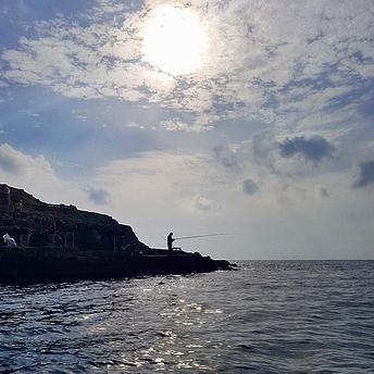 """דייג ליד """"המערה הכחולה"""" בדרום האי"""