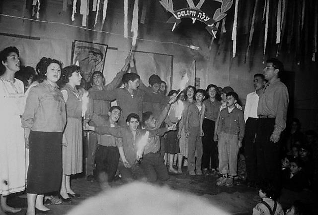 """מקהלת """"הבונים-גורדוניה"""" מופיעה בחגיגת נוער, קונסטנטין, אלג'יריה 1954 (באדיבות הלל תלמי (המרכז לתיעוד חזותי ע""""ש אוסטר, בית התפוצות))"""