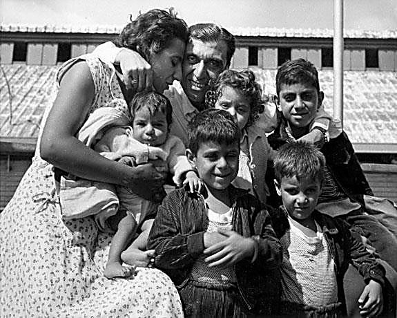 """איחוד משפחות: אב שעלה ממצרים פוגש את אישתו ואת ילדיו לאחר שנים. ישראל, שנות השישים (צילום: לני זוננפלד (המרכז לתיעוד חזותי ע""""ש אוסטר, בית התפוצות))"""
