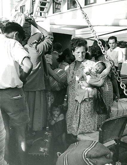 """על האונייה בדרך ממרוקו לישראל, 1957 (צילום: לני זוננפלד  (המרכז לתיעוד חזותי ע""""ש אוסטר, בית התפוצות))"""