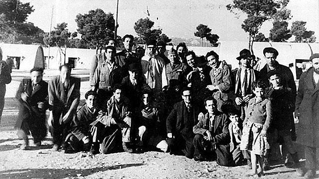 הרב יצחק אבו-חצירא (במרכז) בחברת עולים ממרוקו במחנה המעבר מרסיי, צרפת, דצמבר 1948 (באדיבות נסים סבג (המרכז לתיעוד חזותי ע