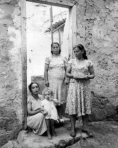 """משפחת עולים מסוריה. באר שבע, שנות ה-1950 (צילום: לני זוננפלד (המרכז לתיעוד חזותי ע""""ש אוסטר, בית התפוצות))"""