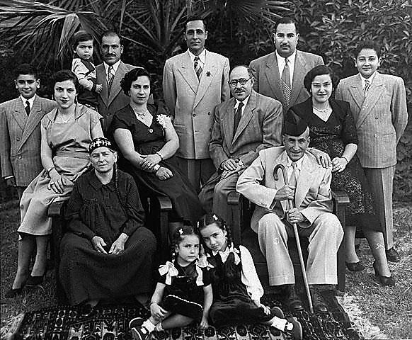 """בני משפחת מועלם לדורותיהם, בגדאד, עירק 1953 (באדיבות עיזאת ששון מועלם (המרכז לתיעוד חזותי ע""""ש אוסטר, בית התפוצות))"""