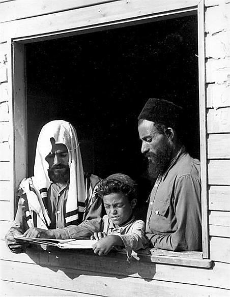 """עולים חדשים מתימן, ישראל 1950 בקירוב (צילום: הרברט זוננפלד (המרכז לתיעוד חזותי ע""""ש אוסטר, בית התפוצות))"""