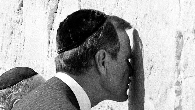 ג'ורג' בוש האב בכותל (צילום: רויטרס)