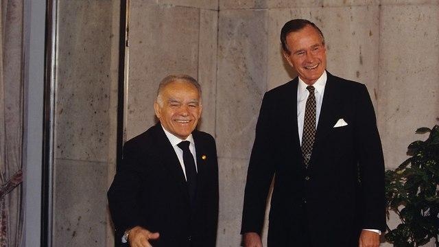 ג'ורג' בוש האב עם יצחק שמיר (צילום: דוד רובינגר)