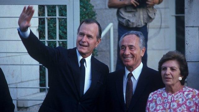 ג'ורג' בוש האב עם שמעון וסוניה פרס (צילום: דוד רובינגר)