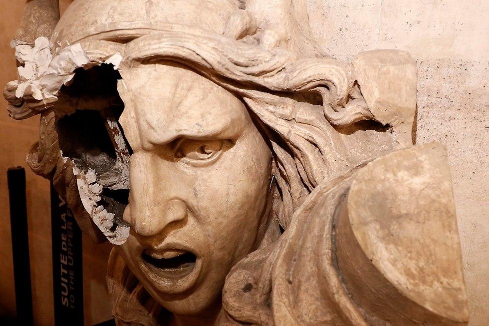 פסל של מריאן הסמל הלאומי צרפת שער הניצחון (צילום: EPA)