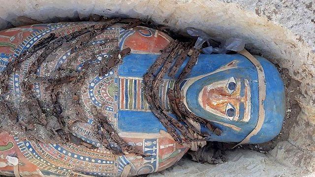 אחת המומיות שהתגלו דרומית לקהיר (צילום: AFP)