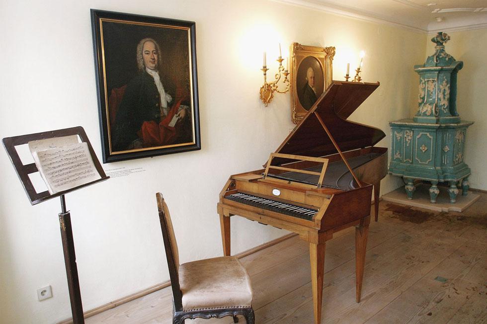 """בית ילדותו של מוצרט בזלצבורג. על הקיר: דיוקן של אביו, ליאופורד. """"כרגע שמעתי ידיעה שהטרידה אותי"""" (צילום: GettyimagesIL)"""