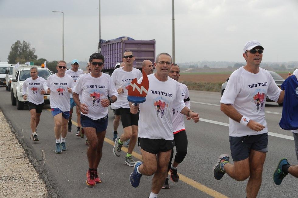 רצים במירוץ האור של חברת החשמל (צילום: יוסי וייס, חברת החשמל)