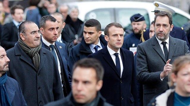 נשיא צרפת עמנואל מקרון בסיור ב פריז אחרי המהומות (צילום: AFP)