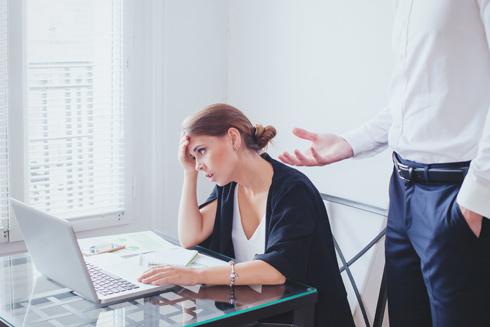 כשאישה מנסה לקדם מטרות פוליטיות שהיא מאמינה בהן, וכשהיא כועסת משום שמזלזלים בה, דוחקים אותה לשוליים או מפלים אותה בשוק העבודה (צילום: Shutterstock)