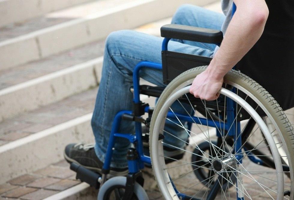 גבר מרותק לכיסא גלגלים ליד מדרגות (צילום: shutterstock)