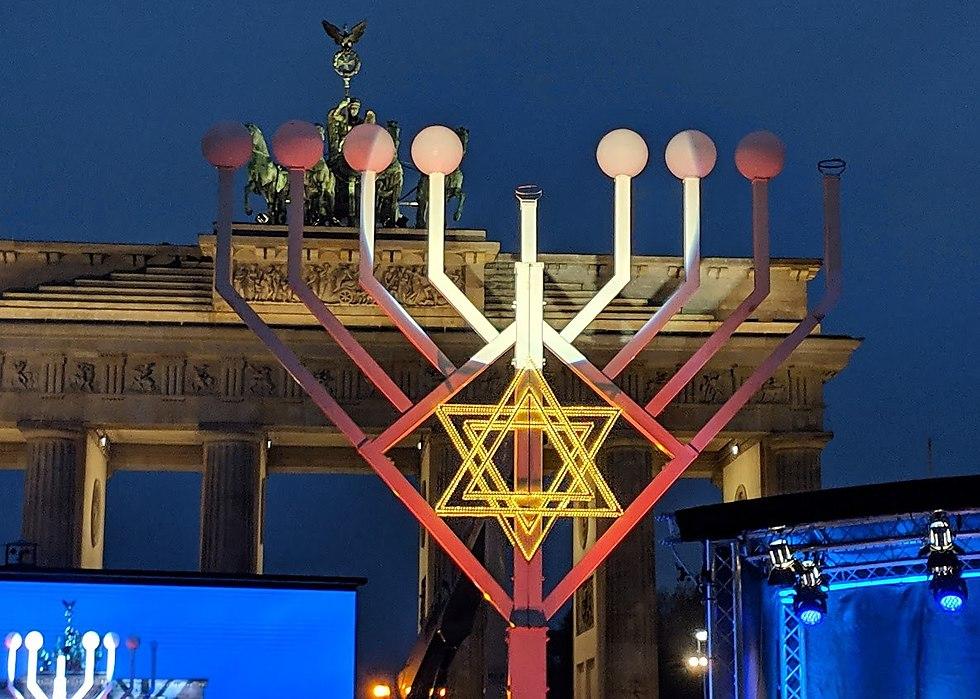 הדלקת נר ראשון בשער ברנדנבורג שבברלין (צילום: רפאל הרליך)