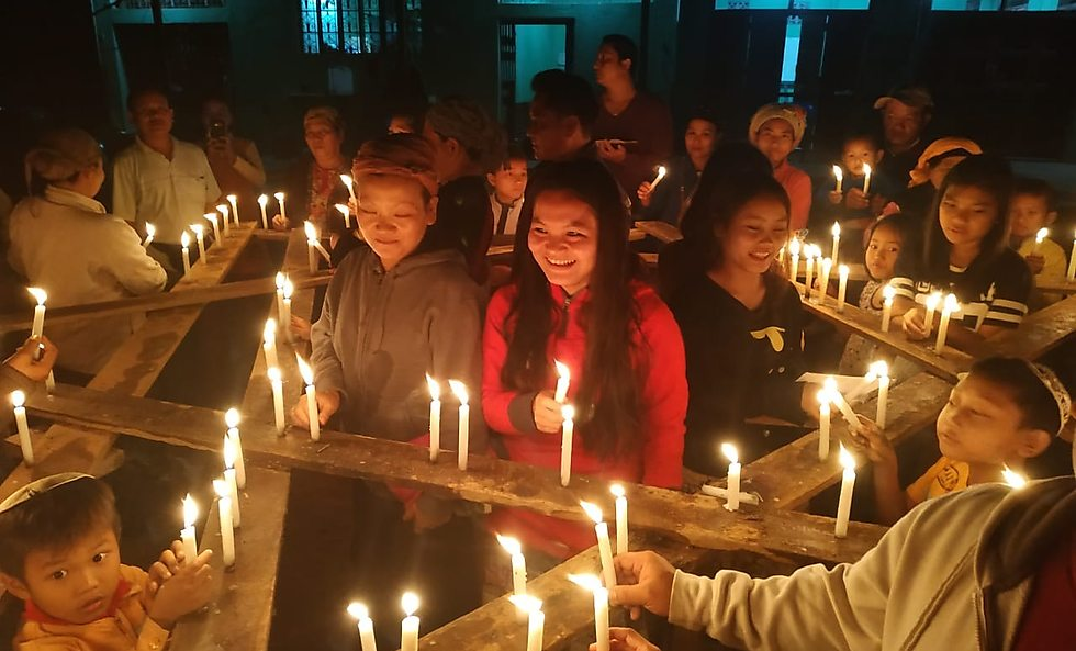 בני המנשה מדליקים נר ראשון במדינת מניפור שבהודו (באדיבות