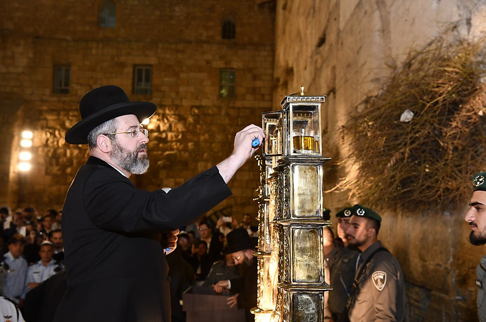 Rabbi Lau lights a candle (Photo: the Western Wall Heritage Foundation)