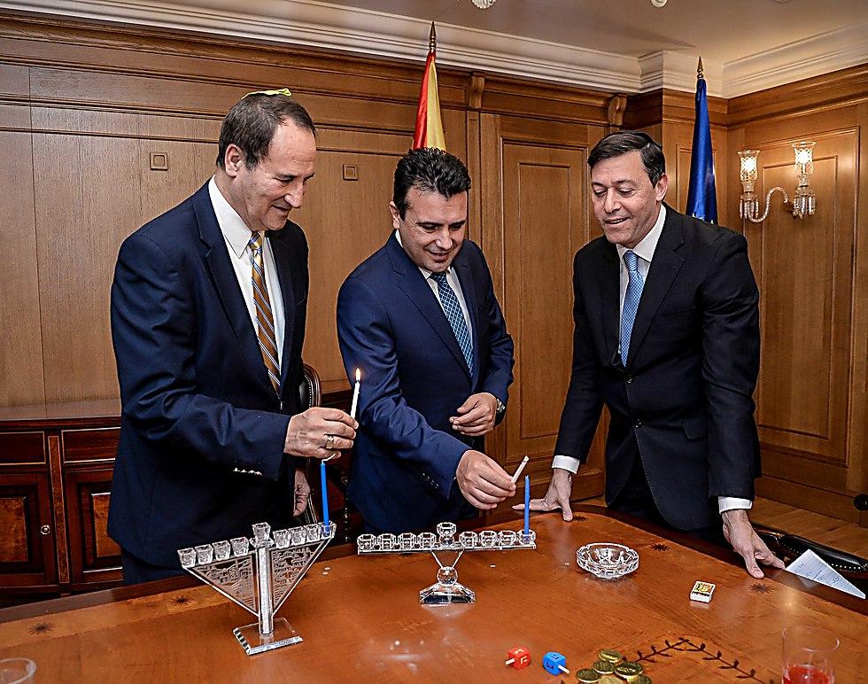 ראש ממשלת מקדוניה, זורן זאייב, הדליק נר חנוכה עם שגריר ישראל במדינה, דן אורין - ובכיר המכבים, טל ברודי ()