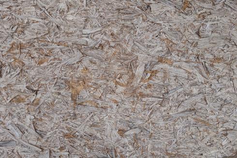 בבטון החשוף בולט מרקם של שבבי העץ שהותירו התבניות שבהן נוצק הבטון   (צילום: מיכאל יעקובסון)