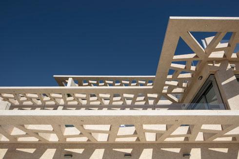 גם פרגולות הבטון תוכננו עם קווים אלכסוניים  (צילום: עמית גרון)