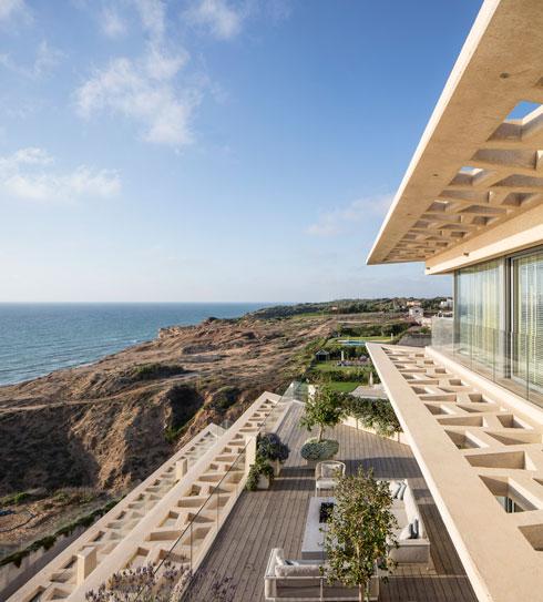 בניין משותף איפשר מרפסות גדולות ונוף רחב יותר לים  (צילום: עמית גרון)