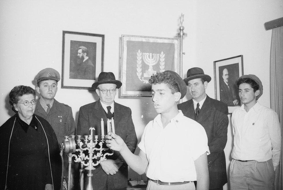 1953: הנשיא יצחק בן צבי (שלישי משמאל) ורעייתו רחל (ראשונה משמאל) חוגגים חנוכה עם בני נוער. למה כולם נראים עצובים? (צילום: דוד רובינגר)