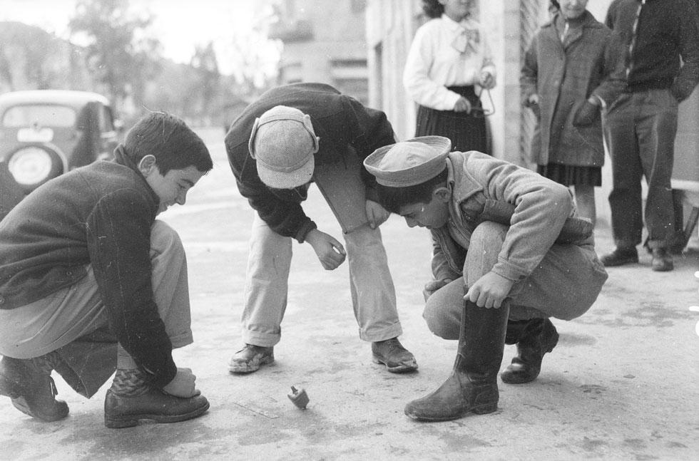 1955, רחוב בירושלים: ילדים משחקים בסביבון (צילום: דוד רובינגר)