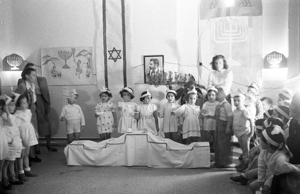1950: ילדים חוגגים בבית בני ברית בירושלים (צילום: דוד רובינגר)