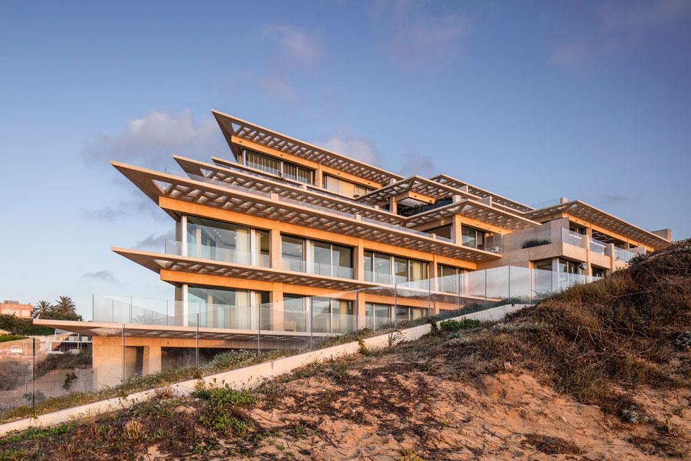 בחזית המערבית, הפונה לים, ניצלו האדריכלים את המדרון הטבעי ליצירת 6 מפלסים. צורתו הטרפזית של המגרש השפיעה על קווי הבניין האלכסוניים (צילום: עמית גרון)