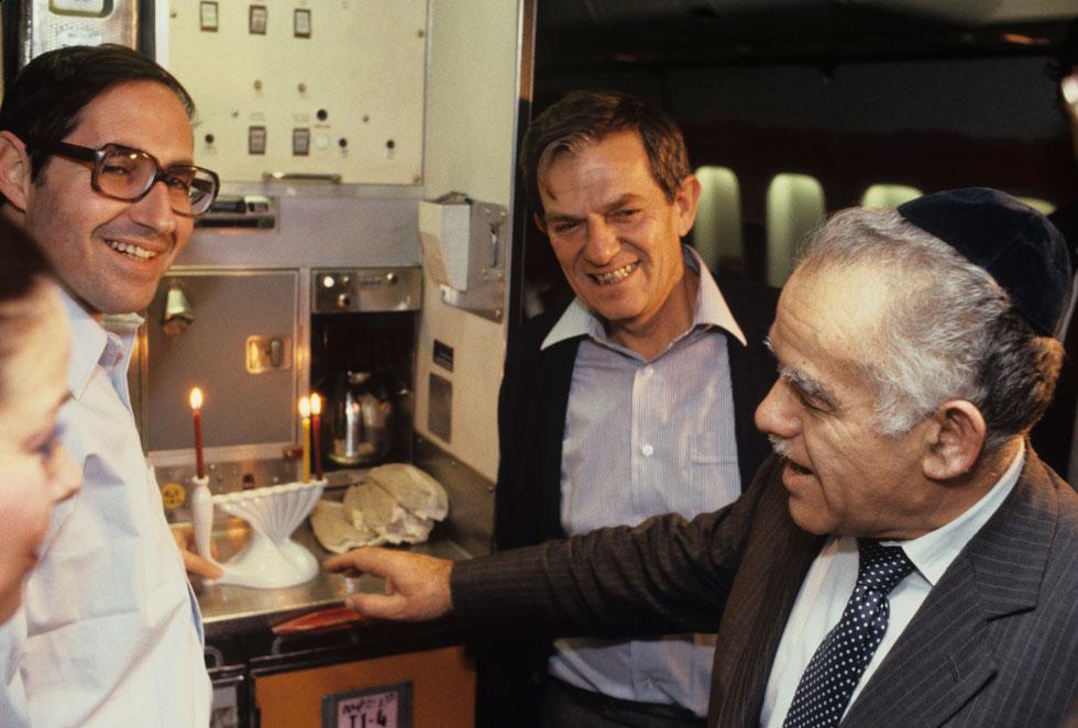 1983: ראש הממשלה יצחק שמיר, במהלך טיסה לוושינגטון, מדליק נרות בחברת הדיפלומט חנן בר-און (במרכז) ומזכיר הממשלה אליקים רובינשטיין (צילום: דוד רובינגר)
