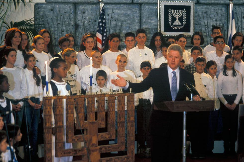 שוב בית הנשיא, 18 שנה לאחר מכן: הנשיא האמריקאי ביל קלינטון מגיע לביקור ומתכבד בהדלקת נר חנוכה (צילום: דוד רובינגר)