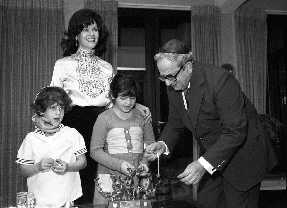 בית הנשיא, 1980: עוד הזדמנות לצלם את הילדים הכי מפורסמים בארץ באותה עת - נעמה וארז - ואיתם הוריהם, הנשיא יצחק נבון ואשתו אופירה (צילום: דוד רובינגר)