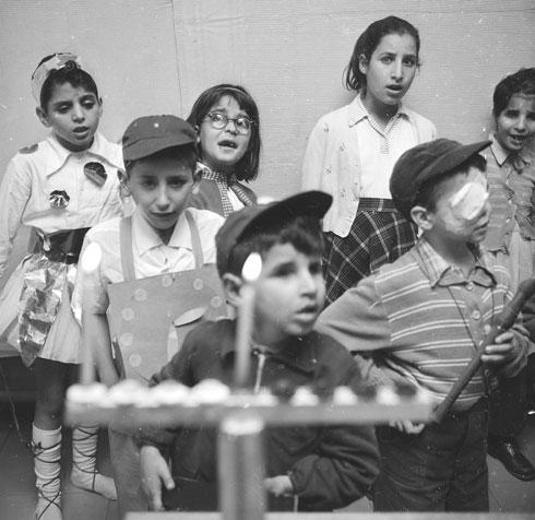 1960: חגיגת חנוכה בבית חינוך לעיוורים בירושלים (צילום: דוד רובינגר)