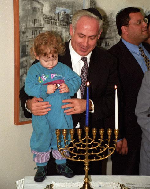 1996: ראש הממשלה בנימין נתניהו עם בנו הצעיר, אבנר (צילום: דוד רובינגר)