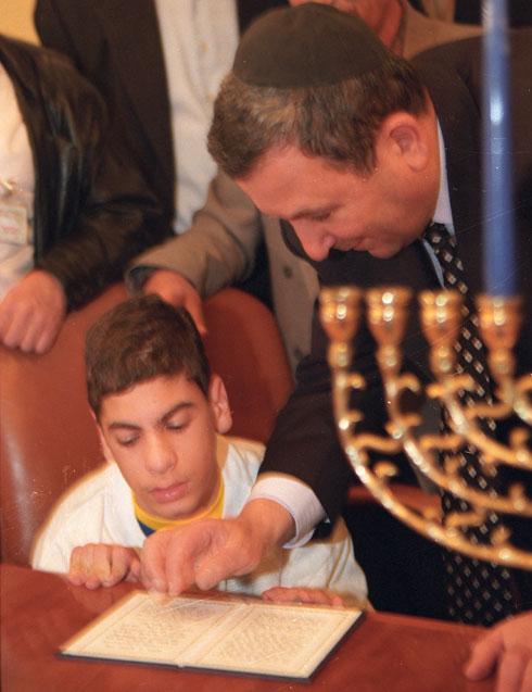 1999: ראש הממשלה אהוד ברק עם נער נכה (צילום: דוד רובינגר)