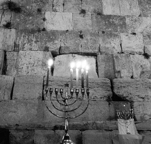 1967, חצי שנה אחרי מלחמת ששת הימים: נרות חנוכה למרגלות הכותל המערבי (צילום: דוד רובינגר)