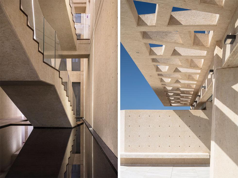 חומר הבנייה העיקרי הוא בטון לבן חשוף, שנוצק בטכניקה שמבטיחה עמידות בפני הרוחות, המליחות והלחות. את אולם המבואה הראשי של הבניין (משמאל), שמתנשא לגובה שלוש קומות, בחרו האדריכלים להשאיר אטום, ויש בו מערך של גשרים וגרמי מדרגות מעוצבים מעל בריכת השתקפות שחורה   (צילום: עמית גרון)
