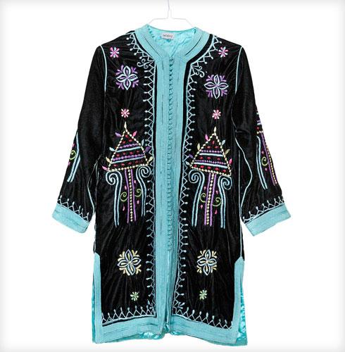 """מעיל קטיפה, ריזורט. """"אני מתחברת לסגנון בוהו-שיק ולבגדים קלילים ומיוחדים, וואן פיס שאין לאף אחד, כמו המעיל הזה"""" (צילום: ענבל מרמרי)"""