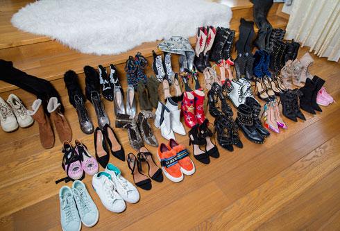"""""""בפעם האחרונה שספרתי, היו לי 150 זוגות נעליים, לא כולל הזוגות שנותרו באחסון בלוס אנג'לס. אני לא רוצה לומר שאני שופוהוליקית, כי ראיתי מקרים גרועים ממני, אבל אין לי שליטה על זה. אני יכולה להיכנס לקניון בלי לרצות לקנות דבר, ולצאת עם ארבעה זוגות. אבל כל כמה חודשים אני תורמת חלק מהנעליים למרכז לנשים מוכות ולנערות במצוקה"""" (צילום: ענבל מרמרי)"""