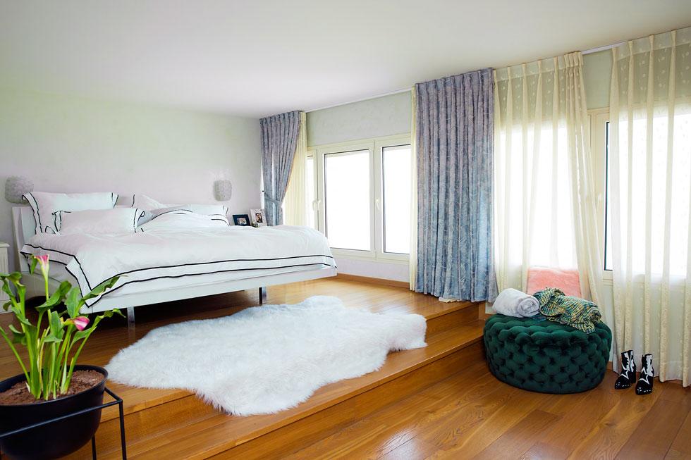 את הדירה עיצבה דול בעצמה. חדר השינה (צילום: ענבל מרמרי)