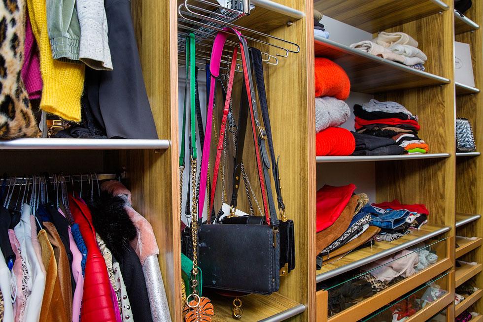 """""""משה מאוד מפנק, אבל לא באטרף. אני קונה וגם מקבלת המון בגדים"""". הארון של דול (צילום: ענבל מרמרי)"""