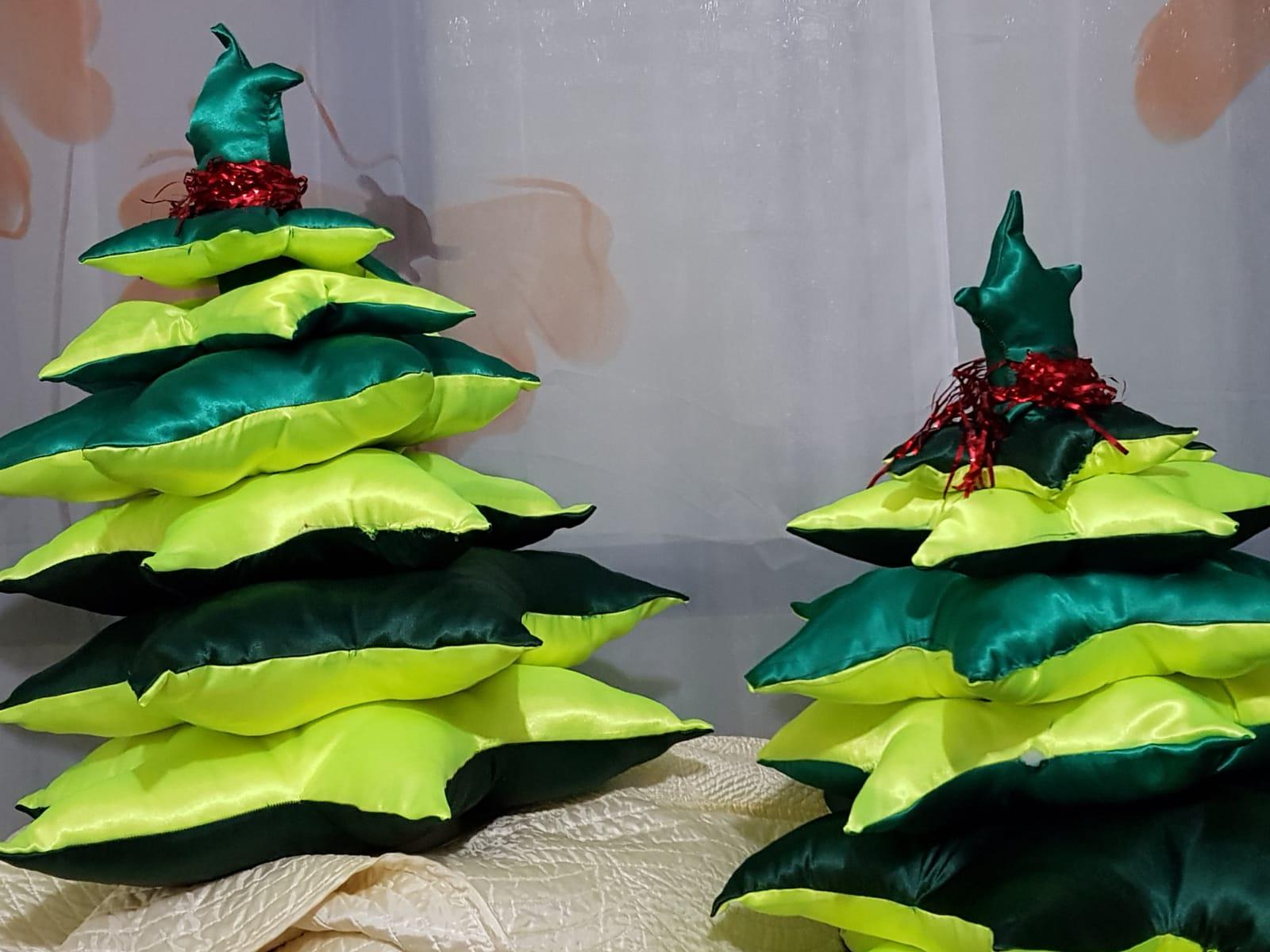 """Добровольцы движения сшили елки, к которым будут прикреплены карточки детей. Фото: движение """"Вместе мы - сила"""""""