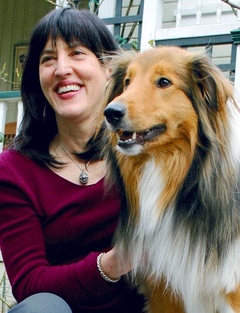 """וירג'יניה מורל. """"כשבני אדם מלטפים כלב, חלה אצלו עלייה ברמת ההורמון אוקסיטוצין, שמוכר גם כהורמון האהבה וההתקשרות"""" (צילום: הוצאת מטר)"""
