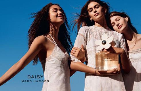 """שלוש נערות יפות. מצ'טנר לצד קאיה גרבר ודילה מרטינס, בקמפיין לבושם """"דייזי"""" של מארק ג'ייקובס"""
