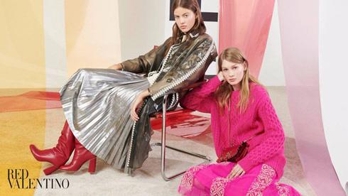 לצד הדוגמנית ברה פודצימוקה בקמפיין החורף הנוכחי של בית האופנה רד ולנטינו