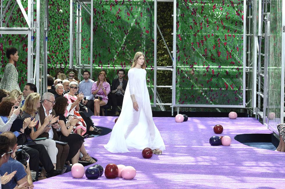 רק בת 14. סופיה מצ'טנר בשמלת מקסי לבנה ושקופה בתצוגת ההוט קוטור של דיור  (צילום: GettyimagesIL)