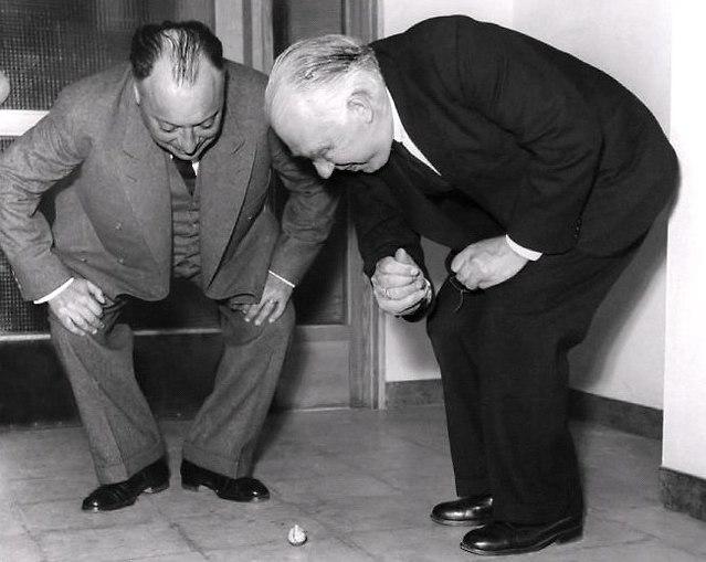 חתני פרס נובל ולפגנג פאולי ונילס בוהר עם הסביבון ההפוך (צילום: מתוך יוטיוב)