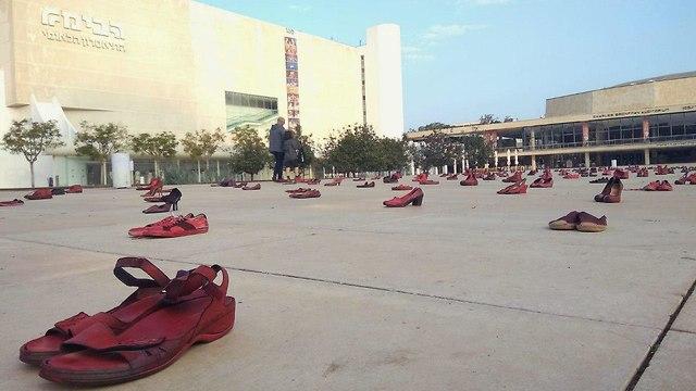 מחאה נשים אלימות כלפי נשים כיכר הבימה נעליים אדומות (צילום: רוני פלזן)