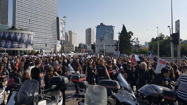 מחאה הפגנה נשים אלימות כלפי נשים תל אביב עזריאלי ( )