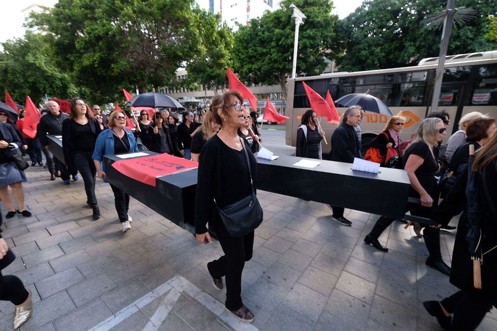 Protesters carry coffins in Tel Aviv (Photo: Shaul Golan)